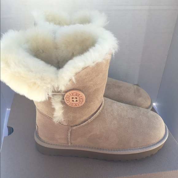 6e693d53ba7 NEW UGG. Bailey Button 2. Color Sand. Women's 5.